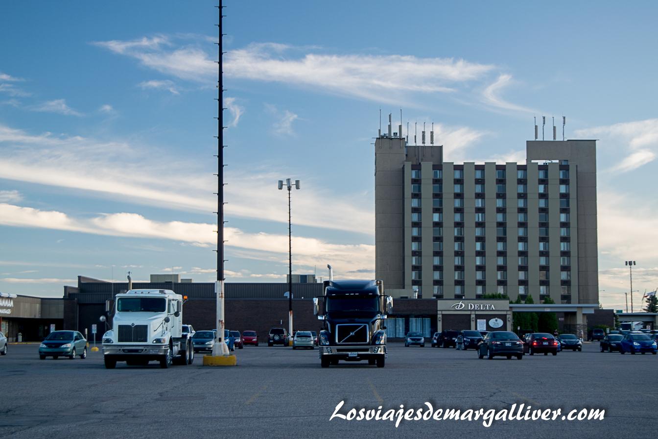 Vista completa del hotel Delta Saguenay con camiones - Hoteles en Canadá - Los viajes de Margalliver